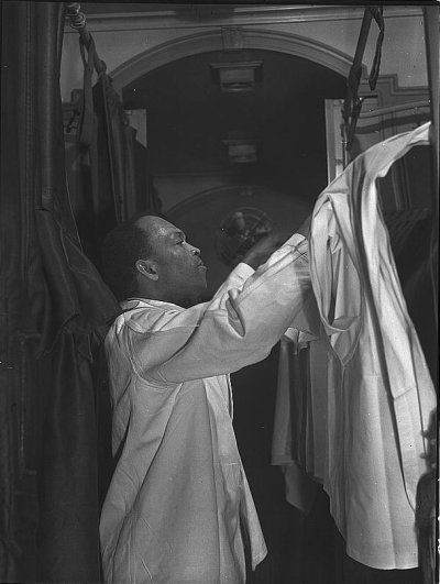 Pullman_porter_making_an_upper_berth_aboard_the_Capitol_Limited_bound_for_Chicago